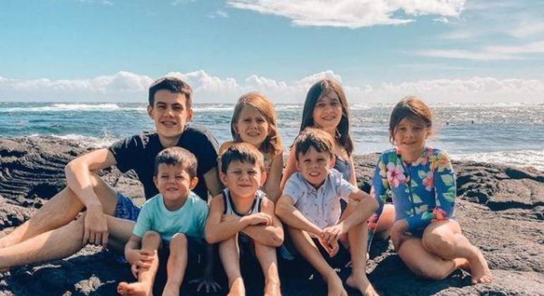 Os sete irmãos foram adotados por seus novos pais, que já tinham outros cinco filhos