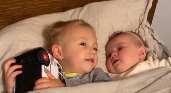 Irmão mais velho adora acalmar sua irmãzinha mais nova