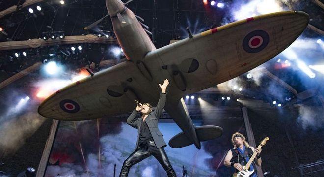 Bruce Dickinson no começo do show, com um avião gigante no palco