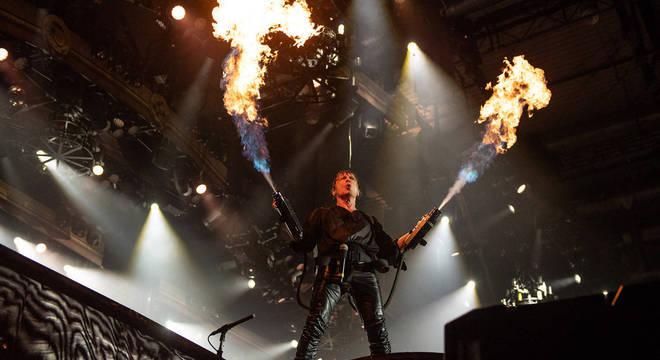 Que tal um lança-chamas no palco?