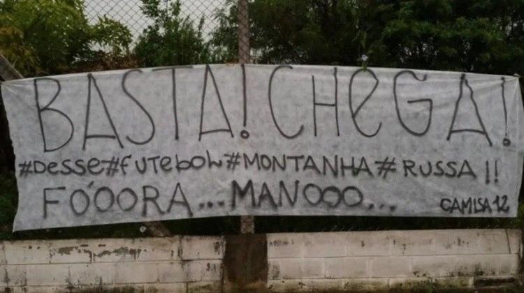 Irregularidade do Corinthians comandado por Mano Menezes rendeu faixa comparando com montanha-russa. O protesto foi em 2014.