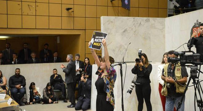 Isa Penna com cartaz em protesto contra a morte de Marielle Franco (Psol)