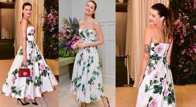 Isabeli Fontana é o look aprovado de hoje! Tomara que caia floral foi a aposta da top model.