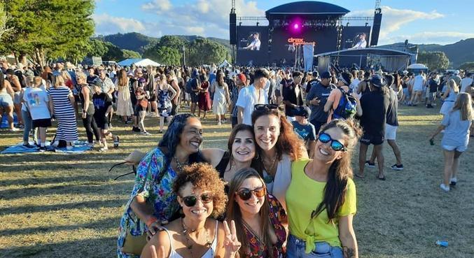 Isabelle Gasparini e amigas em festival de música realizado em janeiro deste ano