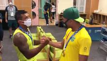 Isaquias e Hebert se abraçam após ambos ganharem ouro em Tóquio