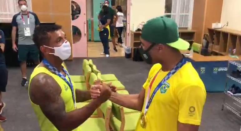 Isaquias Queiroz cumprimenta Hebert Conceição após ambos ganharem medalhas de ouro na Olimpíada de Tóquio