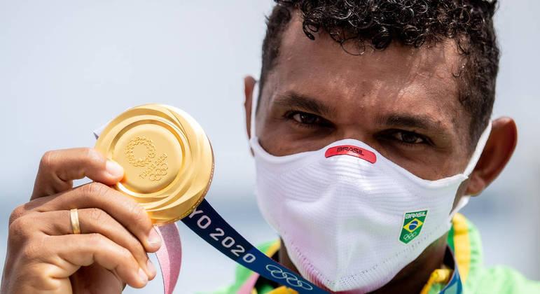 Medalha de ouro era a que faltava na coleção olímpica do canoísta Isaquias Queiroz