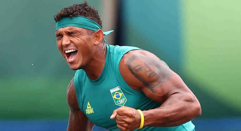 Isaquias comemora a vitória na final olímpica