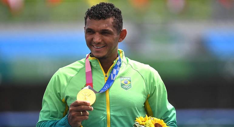 Isaquias Queiroz recebe a medalha de ouro na canoagem