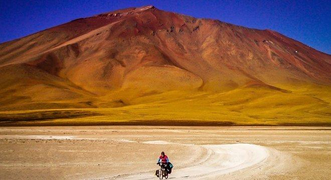 Ishbel pedalando no altiplano boliviano
