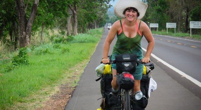 Ishbeljá pedalou sozinha por mais de 20 países, inclusive no Brasil O encontro com Lucy, a cachorra vira-lata
