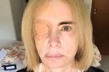 Isis revelou cirurgia ao exibir tampão no olho