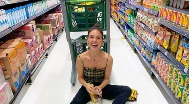 Isis Valverde com seu bebê no supermercado