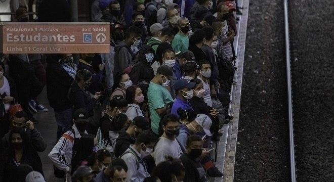 Passageiros em estação da Linha 11 da CPTM, nesta quinta-feira ( 14)