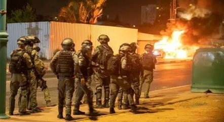 Exército israelense nas ruas do centro da cidade de Lod