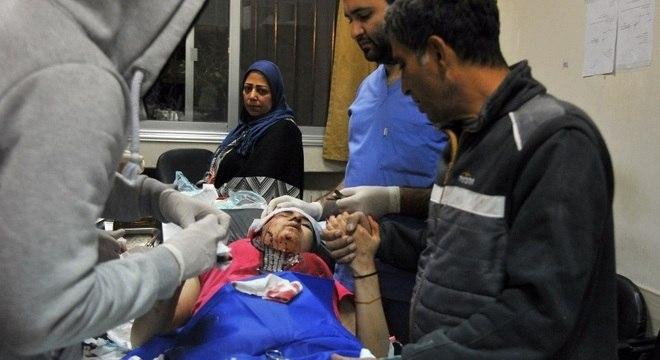 Mulher é atendida em Damasco após ataques israelenses