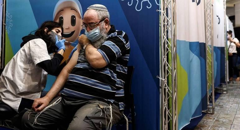 Israel tenta conter avanço da variante delta do coronavírus