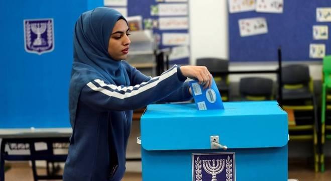 Mulher de origem árabe vota nas eleições gerais de Israel