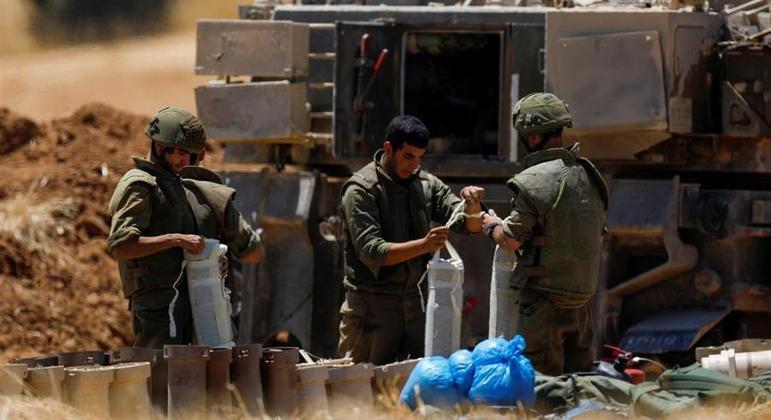 Soldados israelenses foram posicionados na fronteira com a Faixa de Gaza