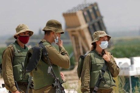 Soldados israelenses monitoram a fronteira