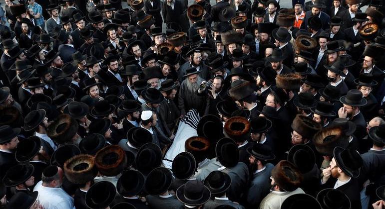 Judeus ultra ortodoxos participam do enterro de uma das vítimas da tragédia do festival