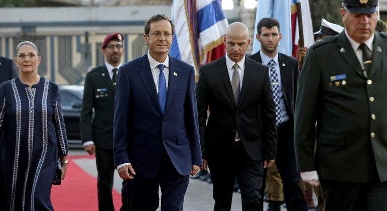 Herzog (de terno azul) chega à residência presidencial acompanhado da esposa, Michal
