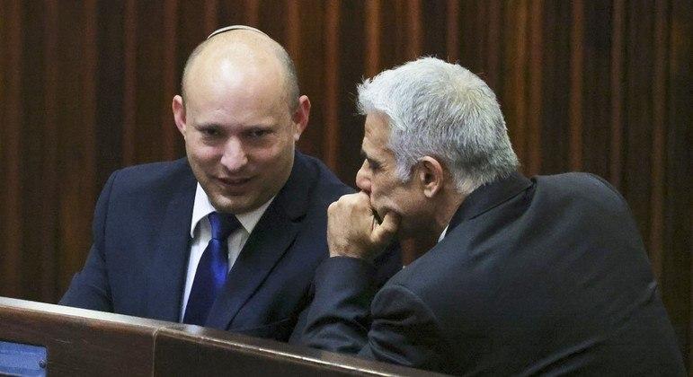 Pelo acordo, Bennett (e) e Lapid (d) vão dividir a função de primeiro-ministro