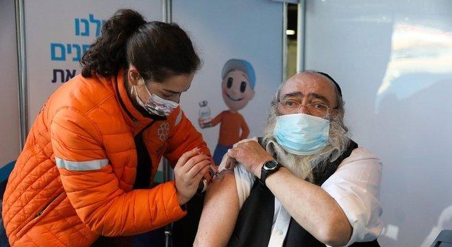 Israel quer ser o primeiro país a sair da pandemia de covid