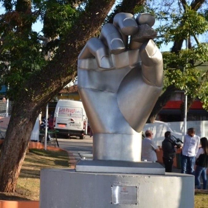 Escultura simboliza a origem do nome Itaim (pedra pequena, em tupi-guarani)