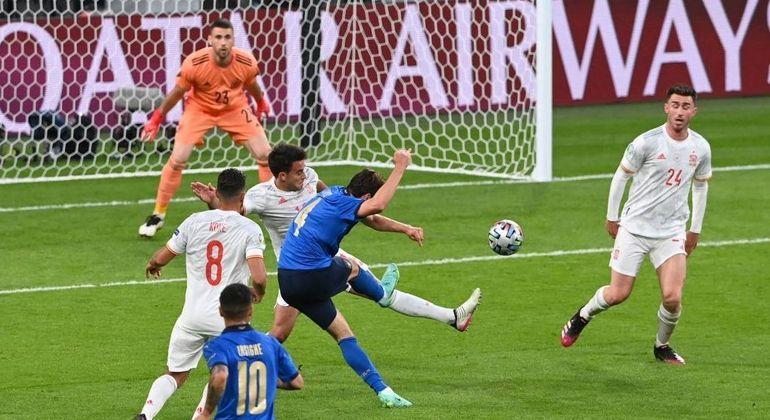 O momento do golaço de Chiesa, Itália 1 X 0