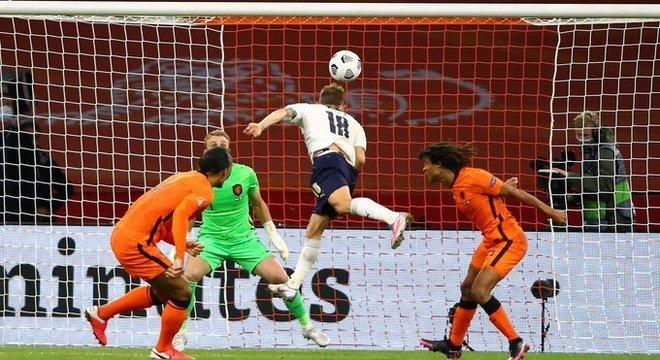 O momento da testada de Barella, Neerlândia 0 X 1 Itália