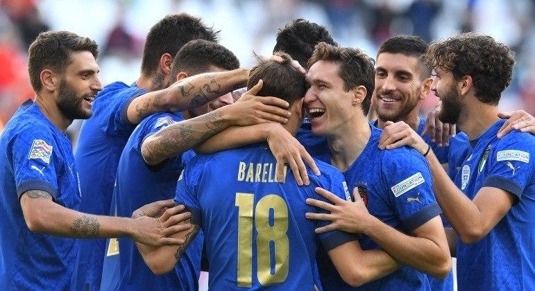 """Os abraços dos """"Azzurri"""" a Barella, autor do gol do 1 X 0 da Itália"""