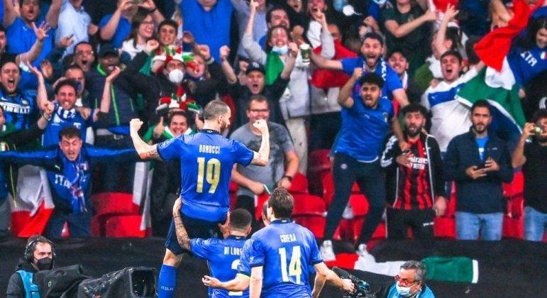 """Festa """"Azzurra"""" dentro de Wembley"""