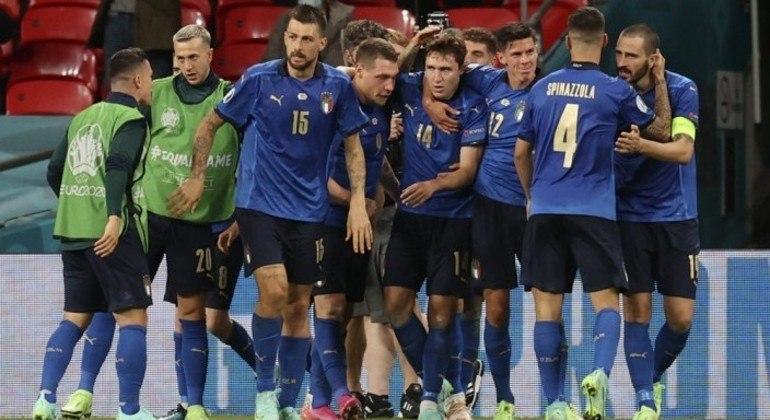 O abraço coletivo em Chiesa, que entrou no jogo e logo fez Itália 1 X 0