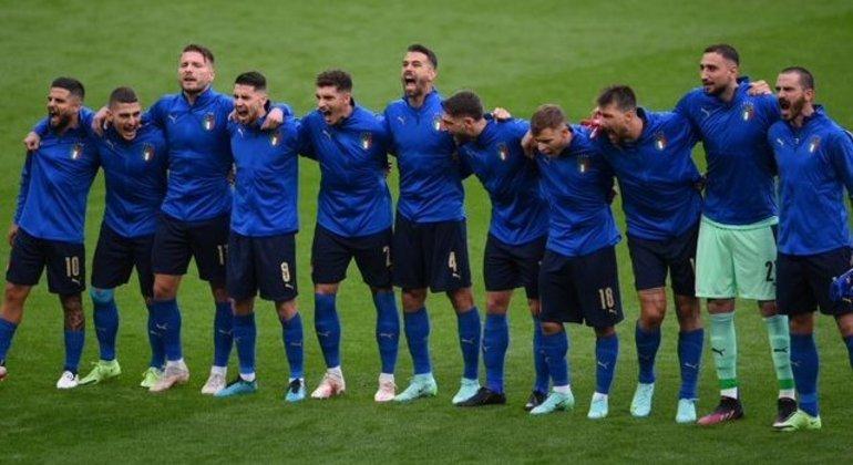 """Os onze da """"Azzurra"""", no momento do seu """"Inno di Mammelli"""""""