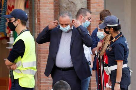 Itália torna uso de máscaras em locais abertos obrigatório
