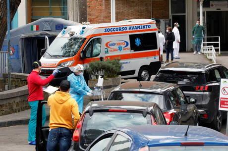Hospitais italianos estão à beira do colapso