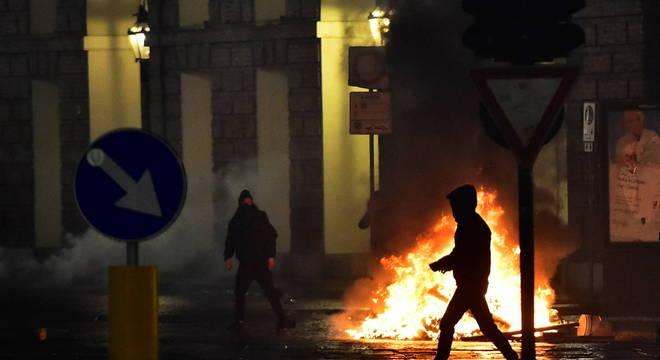 Protestos contra fechamento do comércio terminou em violência