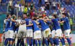 Mesmo entrando em campo já classificada, a seleção italiana mostrou sua força no Estádio Olímpico de Roma e, com o time com alguns brasileiros, como Tolói, Emerson e Jorginho em campo, venceu os galeses com gol de Pessina ainda no primeiro tempo