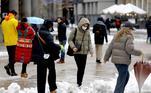 O prefeito de Milão, Giuseppe Sala, informou nas redes sociais que cerca de 200 veículos limpa-neves estão atuando por toda a cidade, jogando sal nas ruas e estradas, visando eliminar a concentração de neve