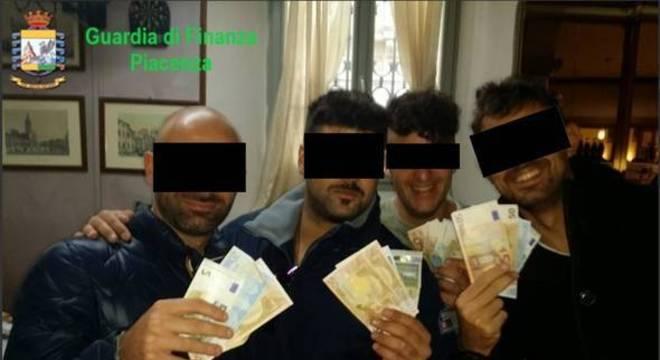 Policiais presos em Piacenza tiravam fotos com maços de dinheiro na mão