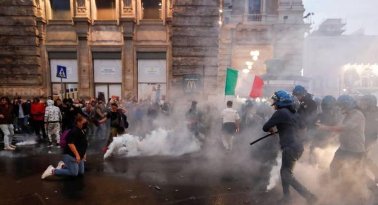 Manifestantes entram em confronto com policiais durante um protesto contra o uso do certificado sanitário, em Roma