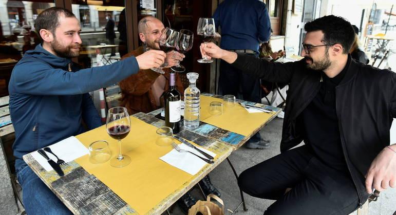 Na Itália, o limite por mesa em bares e restaurantes é de quatro pessoas