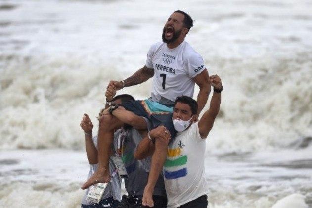 Italo Ferreira fez história nas ondas de Tóquio. O surfista brasileiro conquistou a medalha de ouro, a primeira do Brasil na Olimpíada, após derrotar o japonês Kanoa Igarashi com uma performance dominante na final. Foi o primeiro ouro da história do surfe nas Olimpíadas.