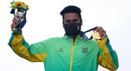 Italo Ferreira vibra e mostra a medalha de ouro