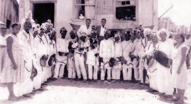 Moradores da antiga vila de Itaúnas e visitantes