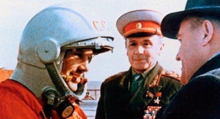 O cosmonauto russo Iuri Gagarin foi o primeiro ser humano a ir ao espaço em 1961