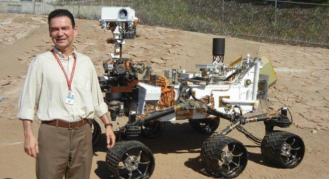 Ivair Gontijo ao lado do Curiosity; o mineiro foi estudar nos Estados Unidos e acabou fazendo carreira na Nasa