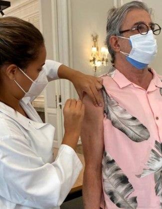 Ivan Lins foi vacinado contra acovid-19no dia 19 de março, no Rio de Janeiro. O cantor e compositor de 75 anos compartilhou o momento da imunização nas redes sociais. Na imagem, o artista apareceu usando duas máscaras de proteção facial.