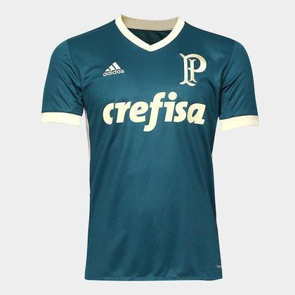 Já a camisa 3 da mesma coleção contou com o primeiro símbolo do clube alviverde.